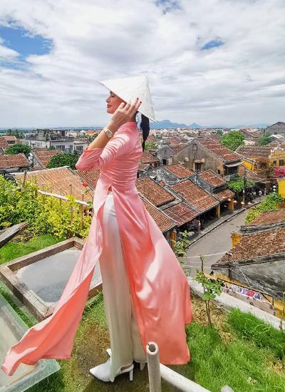 Pia Wurtzbach diện áo dài, tạo dáng với bối cảnh phố cổ. Ảnh: Instagram.