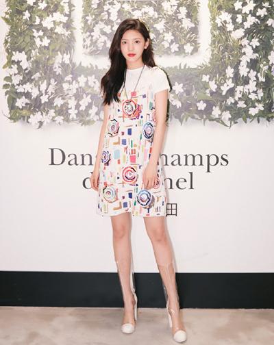 Nữ diễn viên được mời quảng cáo cho một số thương hiệu mỹ phẩm, quần áo.