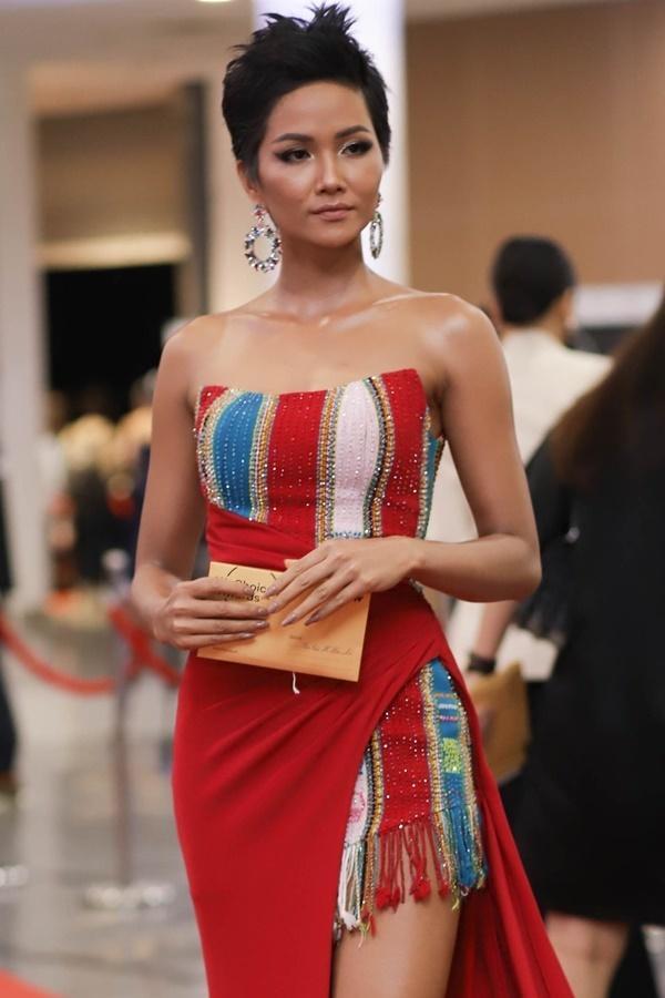 Trang phục lấy cảm hứng từ văn hóa Ê đê của H'Hen Niê
