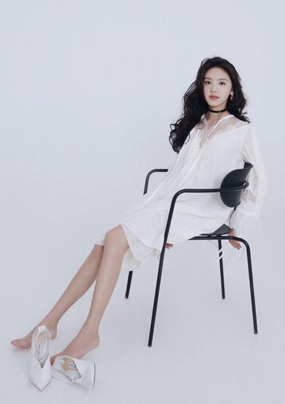 Nhược Nam làm mẫu cho tạp chí thời trang.