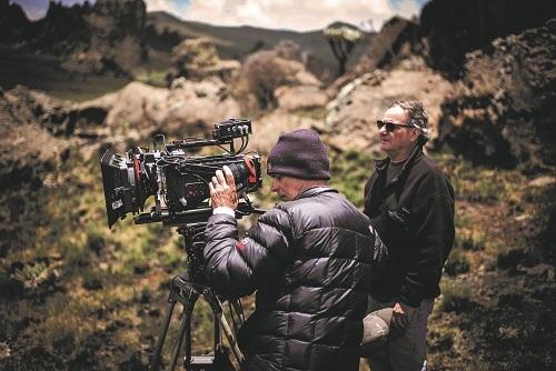 Đạo diễn hình ảnh Caleb Deschanel và Giám sát kỹ xảo Robert Legato ghi hình tư liệu tại Kenya. Nguồn: Disney.