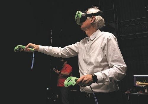 Một thành viên ê-kíp thao tác bằng dụng cụ thực tế ảo. Ảnh: Disney.