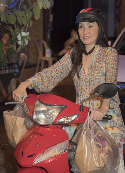 Hồng Đào lái xe máy tặng quà cho người vô gia cư - ảnh 1