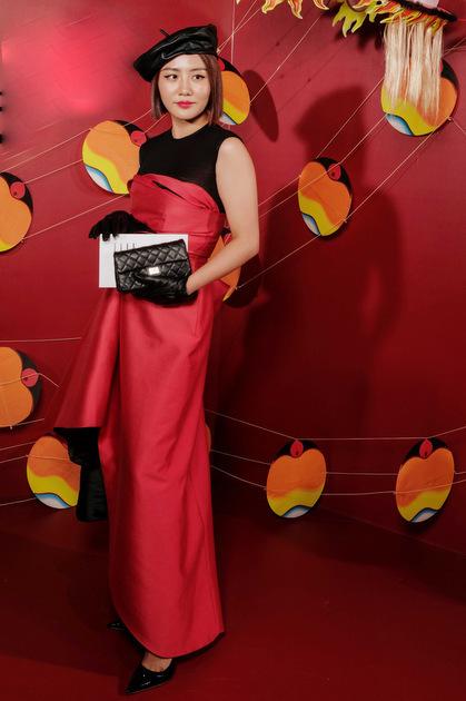 Văn Mai Hương hóa quý cô cổ điển với váy dạ hội, mũ họa sĩ và ví cầm tay Chanel.