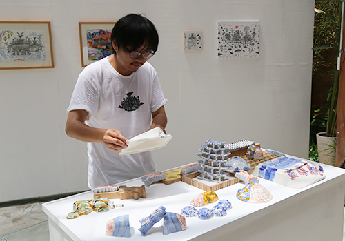 Các tác phẩm làm từ gốm trong triển lãm Nặn thành đảo