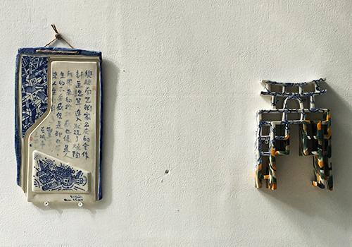 Các tác phẩm làm tử gốm được trưng bày tại triển lãm.