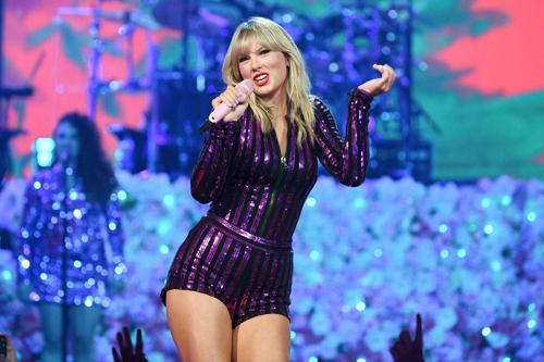 Taylor Swift trên sân khấu VMAs. Ảnh: AP