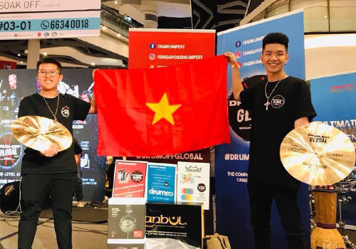 Phạm Duy Anh và Nguyễn Đức Minh Dương nhận giải thưởng từ cuộc thi Drum Off Global tại Singapore.