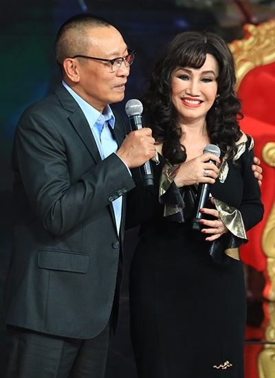 Thanh Lan bên MC Lại Văn Sâm.