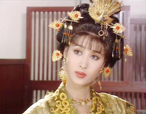 Trịnh Sảng đóng Vương hoàng hậu - người xuất thân quyền quý, cha có thế lực trong triều đình. Nhờ cha, Vương hoàng hậu giữ được vị trí đứng đầu hậu cung song vì quá lương thiện, thiếu quyết đoán, bà bị hãm hại.