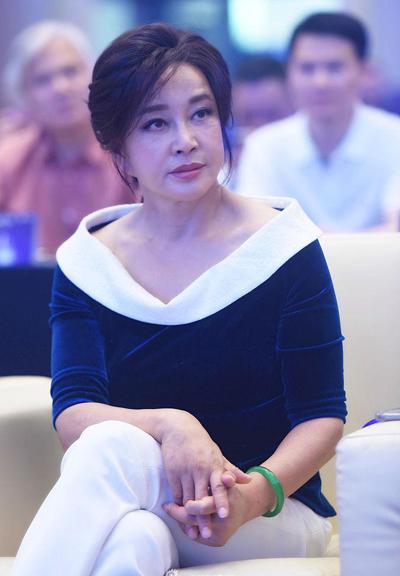 Lưu Hiểu Khánh năm nay 64tuổi, đều đặn đóng phim điện ảnh, truyền hình,kịch nói. Bà còn làm khách mời nhiều show truyền hình, sự kiện. Trên đài BTV (Trung Quốc), Lưu Hiểu Khánh chia sẻ được chồng - doanh nhân Vương Hiểu Ngọc - chiều chuộng, ủng hộ trong công việc. Ông Vương là đời chồng thứ tư của Lưu Hiểu Khánh.