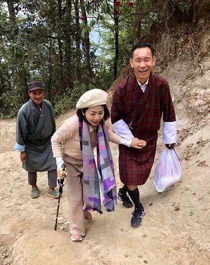 Mai Phương được hướng dẫn viên du lịch dìu lên tu viện Tigers Nest.