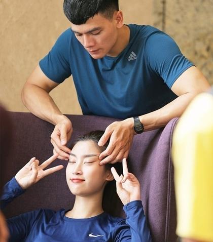 Xuân Tiền massage cho Đỗ Mỹ Linh ở Cuộc đua kỳ thú.