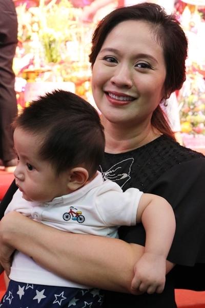 Diễn viên Thanh Thúy bế con mới sinh dự giỗ tổ. Ảnh: Ngân Phạm.