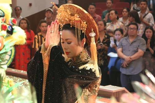 Trịnh Kim Chi làm lễ giỗ tổ ở sân khấu của chị. Ảnh: Ngân Phạm.
