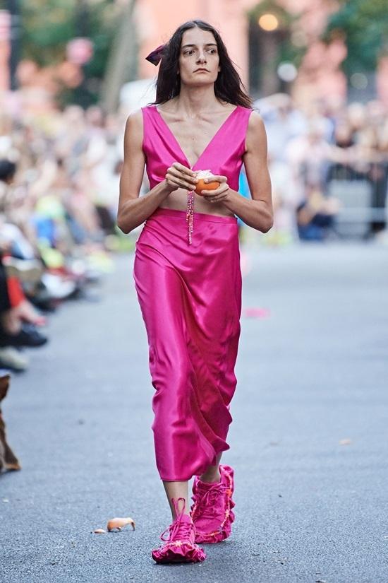 Người mẫu bán nude chạy trên đường
