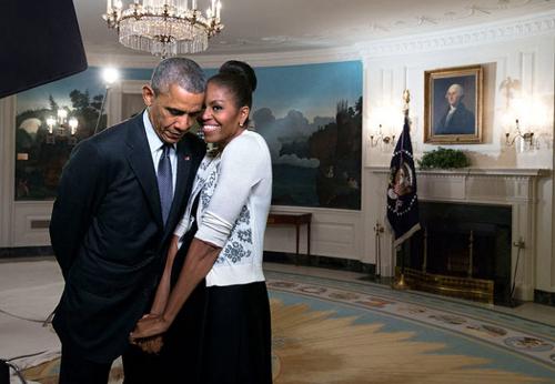 Bà Michelle Obama bên chá»ng - Tá»ng thá»ng Má»¹ Barack Obama, khi ông ÄÆ°Æ¡ng nhiá»m - tại Nhà Trắng nÄm 2015.