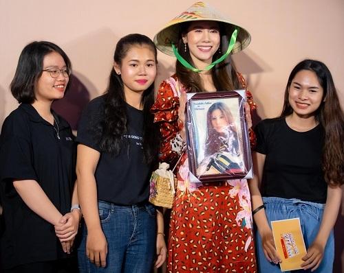 Esther Supreeleela (đội nón)giao lưu với các fan Việt trong buổi ra mắt phim ngày 10/9 ở TP HCM. Ảnh: CJ.