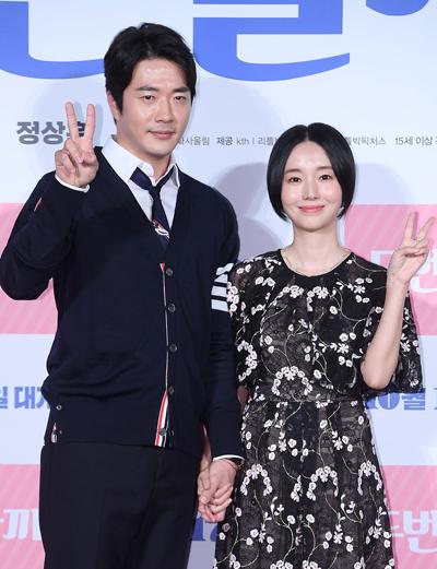 Kwon Sang Woo và Lee Jung Hyun tại buổi quảng bá phim. Ảnh: Osen.