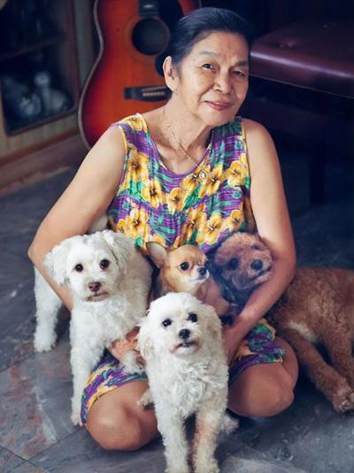Bà Malinda Herman bên chó, mèo cưng. Ảnh: Coconuts.