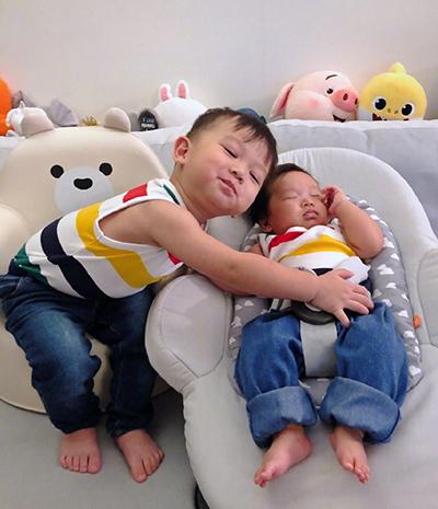 Hai con Hồ Hạnh Nhi mặc đồ đôi - ảnh 1