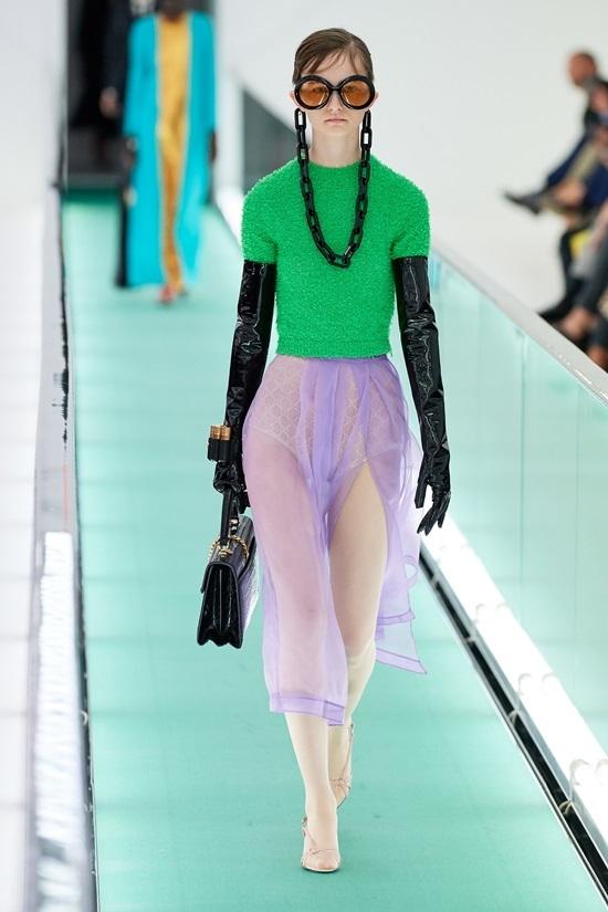 Loạt người mẫu ngực trần ở show Gucci