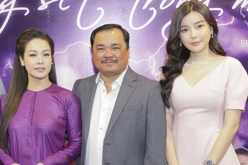 Cao Thái Hà (phải) bên đạo diễn Phương Điền và Nhật Kim Anh (vai Thị Bình) trong buổi ra mắt phim hồi tháng 8 tại TP HCM.