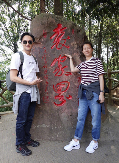 Hai diễn viên ăn vận năng động với quần jeans, áo thun.