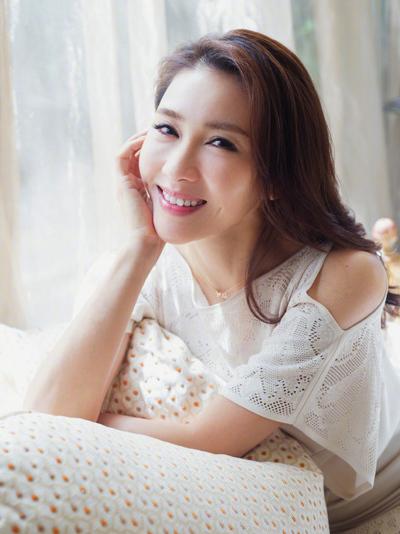 Cô giải nghệ năm 2008, chuyển sangkinh doanh chuỗi tiệm làm đẹp. Diễn viên kết hônvới đại gia Mã Đình Cường năm 2009, có ba con gái.