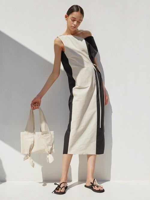 Nhiều phái nữ biến tấu trang phục cá tính khi chọn túi bố họa tiết hoặc vải trơn. Có nhiều thương hiệu cho phép khách tự thiết kế mẫu mã, họa tiết phù hợp với gu mặc.