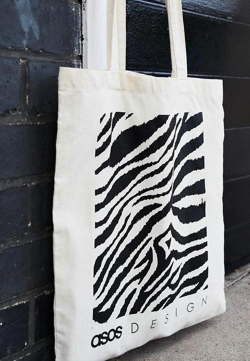 Túi Canvas được làm bằng vải, có nhiều hình dạng và kích cỡ khác nhau. Nhiều người trẻ chọn loại túi vải bố này vì thân thiện với môi trường. Túi màu be in hình ngựa vằn là một trong những mẫu được ưa chuộng.