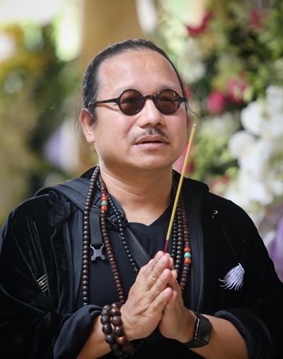 Nghệ sĩ saxophone Trần Mạnh Tuấn viếng đồng nghiệp trưa 3/10. Ảnh: Thành Nguyễn/