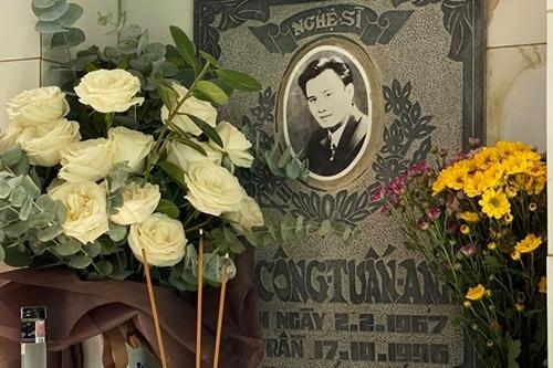 Bạn bè dâng hoa, rượu trước mộ Lê Công Tuấn Anh trưa 4/10. Ảnh: Tuấn Lê.
