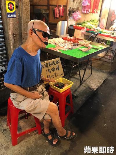 Ca sĩ Lý Bỉnh Huy hát ở chợ.