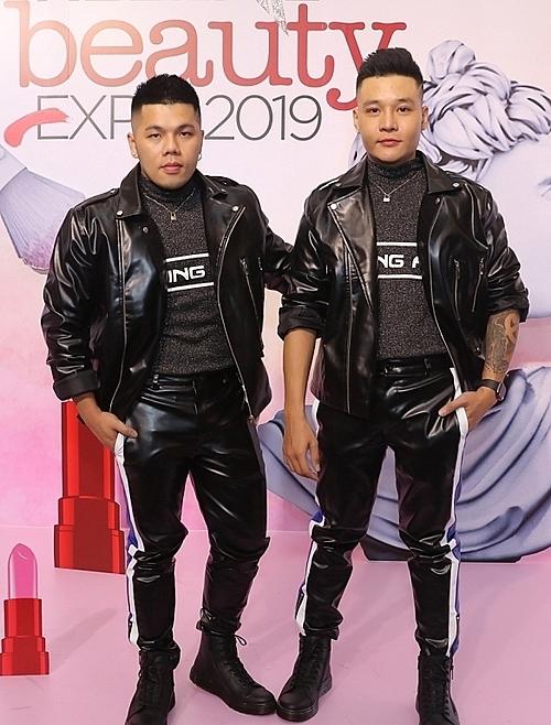 Cặp đôi chuyên gia trang điểm Quân Nguyễn (phải) - Pu Lê diện trang phục ton-sur-ton.