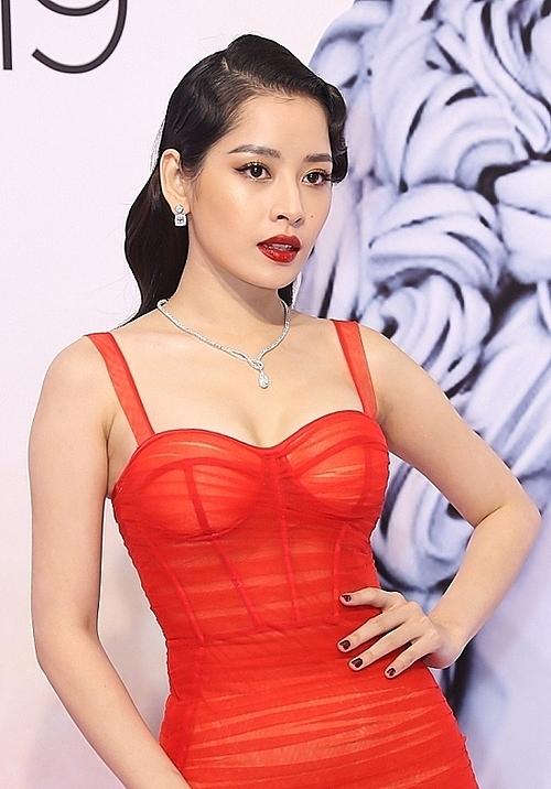 Bộ trang sức kim cương của nhà thiết kế Ngọc Đoàn tôn lên vẻ sang trọng của giọng ca Anh ơi ở lại. Ngoài ra, chiếc váy ôm của nhà thiết kế Đỗ Long thực hiện riêng giúp Chi Pu khoe được ba vòng gợi cảm trên thảm đò.