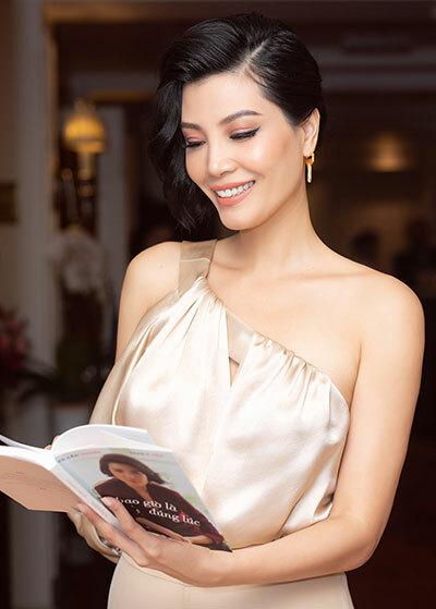 Cựu người mẫu Vũ Cẩm Nhung trong buổi ra mắt tự truyện Bao giờ là đúng lúc tại Hà Nội, ngày 4/10. Ảnh: VCN.