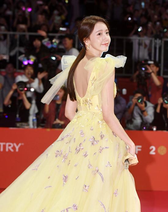 Yoona biến hóa phong cách trên thảm đỏ