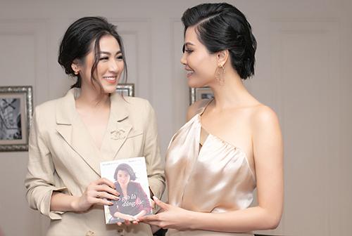 Á hậu Tú Anh (trái) dự buổi ra mắt sách của Vũ Cẩm Nhung tại Hà Nội. Ảnh: VCN.