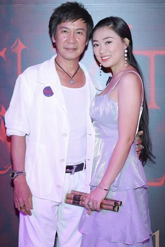 Quang Tuấn hôn vợ ở sự kiện