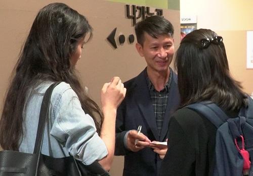 Đạo diễn Quang Bình và một số khán giả sau buổi chiếu. Ảnh: Ân Nguyễn.