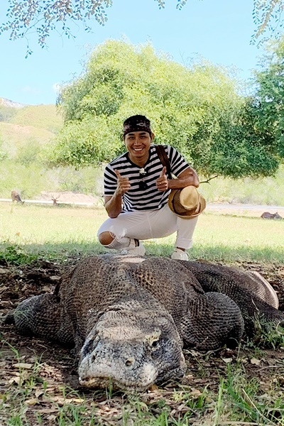 [CTôi được dạy tránh những cử động đột ngột khi đang ở quanh một con rồng. Nếu bạn bị chúng đuổi theo, bạn nên chạy theo kiểu ngoằn ngoèo thay vì chạy thẳng, và cố gắng trú ẩn tại những ngôi nhà được sắp xếp trong công viên, thay vì leo lên cây, vì loài Komodo leo cây rất giỏi, anh chia sẻ.