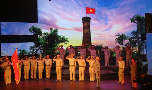 Tiểu phẩm tái hiện buổi chào cờ đầu tiên sau khi Hà Nội được giải phóng.