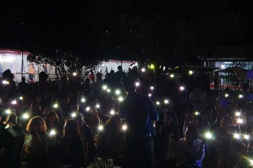 Khán giả rọi đèn pin cổ vũ anh trong đêm nhạc cuối tháng 9.
