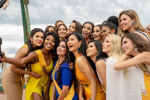 Các người đẹp chụp ảnh cùng nhau. Đại diện Việt Nam thường chọn vị trí trung tâm trong các khuôn hình. Ảnh: MGI.