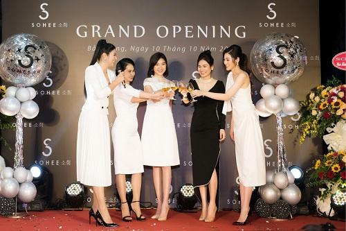 Mẹ chồng Lan Hương dự khai trương showroom Sohee Bắc Giang - 1