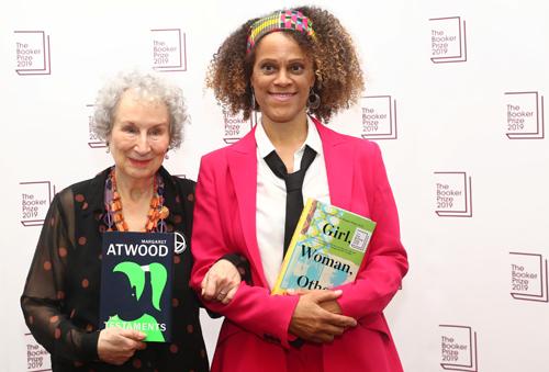 Margaret Atwood (trái) và Bernardine Evaristo khi nhận giải thưởng tối 14/10 tại Anh. Ảnh: Reuters.