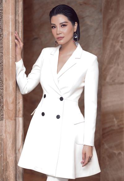 Cựu người mẫu Vũ Cẩm Nhung giới thiệu sách Bao giờ là đúng lúc? tại TP HCM, chiều 14/10. Ảnh: VCN.