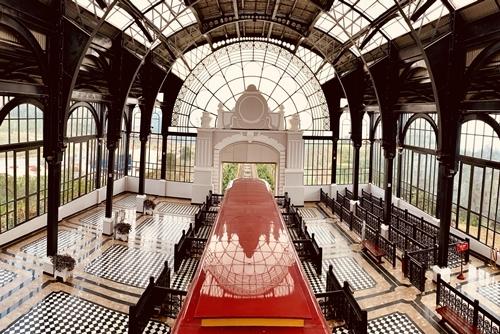 Địa điểm diễn show nằm trong nhà ga.