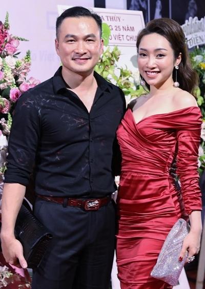 Chi Bảo cùng bạn gái dự show Võ Việt Chung hôm 18/10. Ảnh: Hữu Khoa.